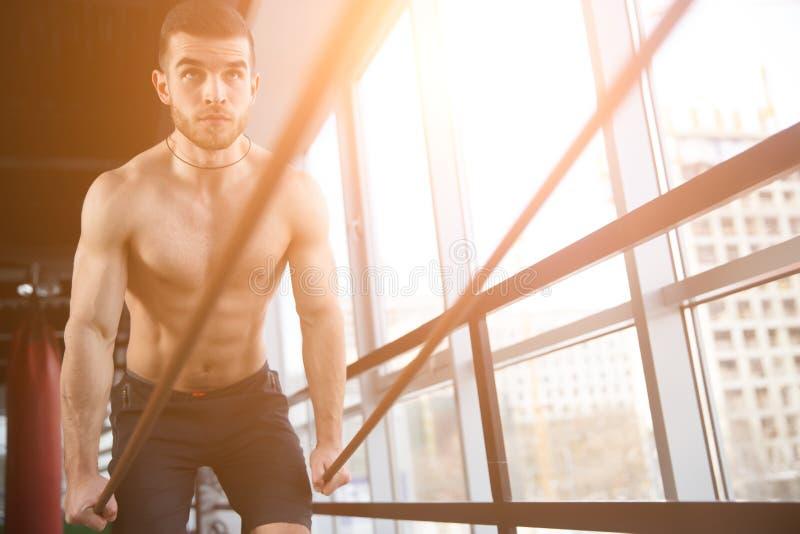 Sportif faisant des exercices sur des mains images stock