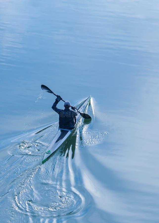 Sportif seul ramant dans un kayak image libre de droits
