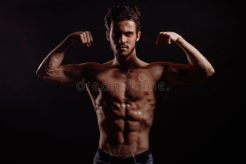Sportifs donnant à biceps un câble impressionnez les personnes avec le chiffre fort image stock