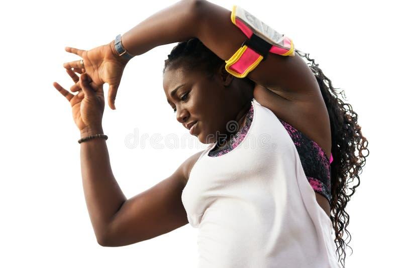 Sportig attraktiv afrikansk kvinna som gör övningar över vit backg royaltyfria bilder