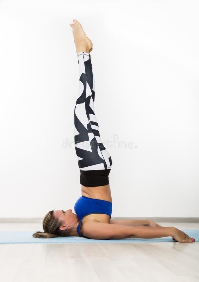 Sportig för övningsyoga för ung kvinna asana i grupp Begreppet av lugn och kopplar av royaltyfria foton