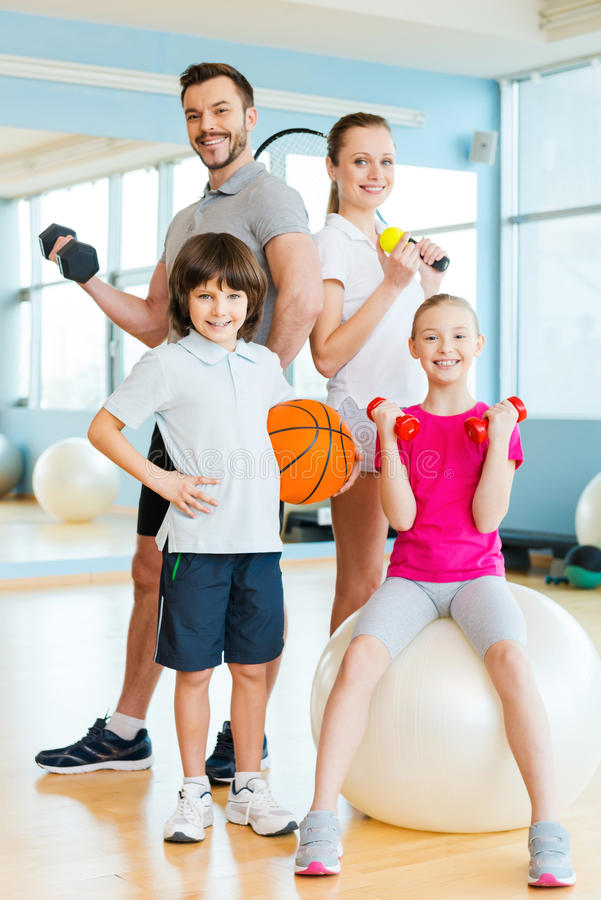 Sportig familj arkivbild