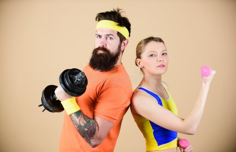 Sportig familj sund livsstil f?r begrepp Man och kvinna som ?var med hantlar Kondition ?var med hantlar arkivfoton