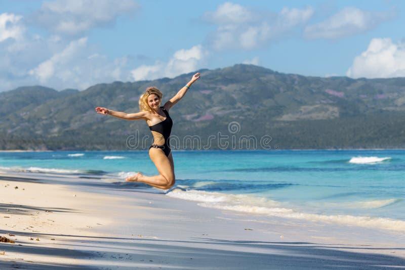 Sportig flicka på stranden royaltyfri bild