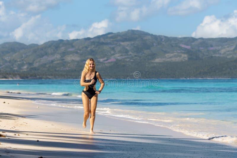 Sportig flicka på stranden royaltyfri fotografi