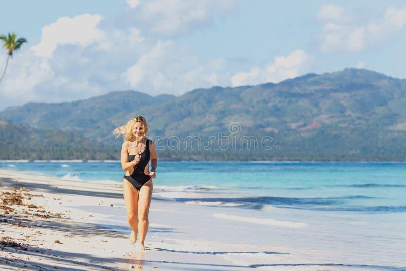 Sportig flicka på stranden fotografering för bildbyråer