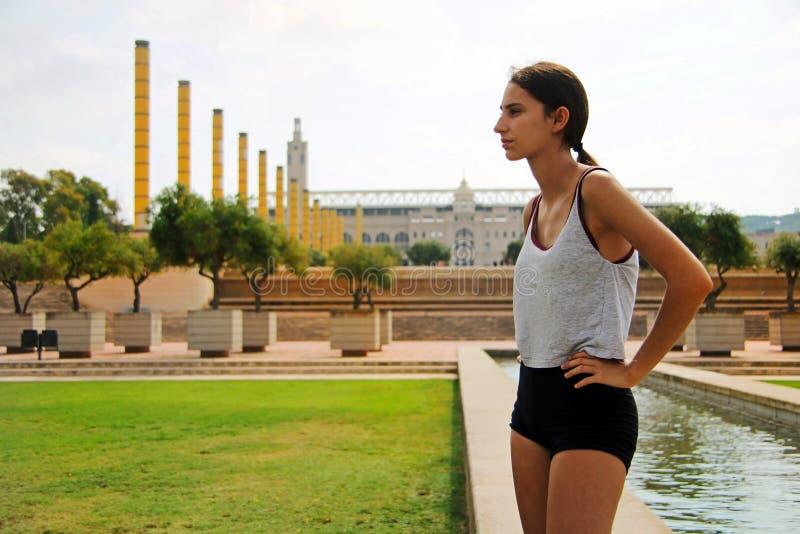 Sportig flicka som ser till sidan fotografering för bildbyråer