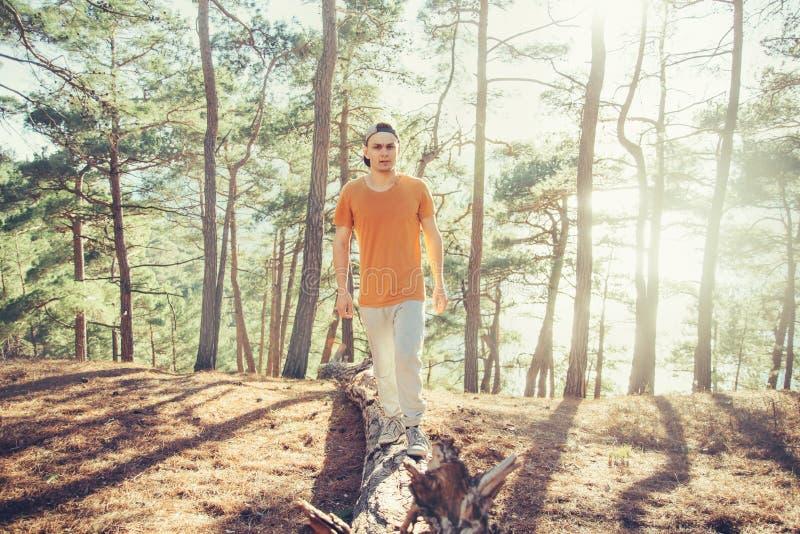 Sportig grabb som går i skogen royaltyfria foton