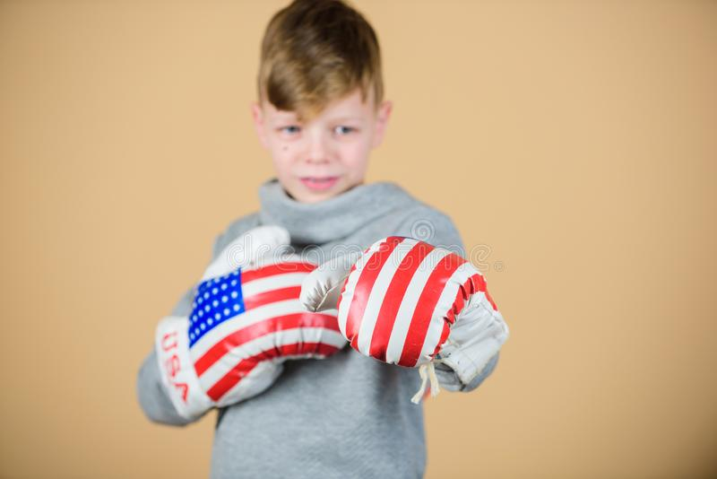 Sportig idrottsman nen för barn som öva boxas expertis Boxningsport Ordna till för att munhuggas Säkert i hans styrka Starta att  royaltyfria foton