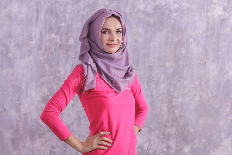 Sportig kvinna för härlig hijab som gör kroppuppvärmning arkivbild