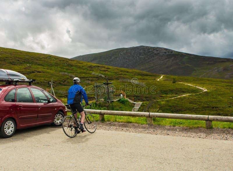 Sportig mancyklistutbildning på skotska ruttar royaltyfri fotografi