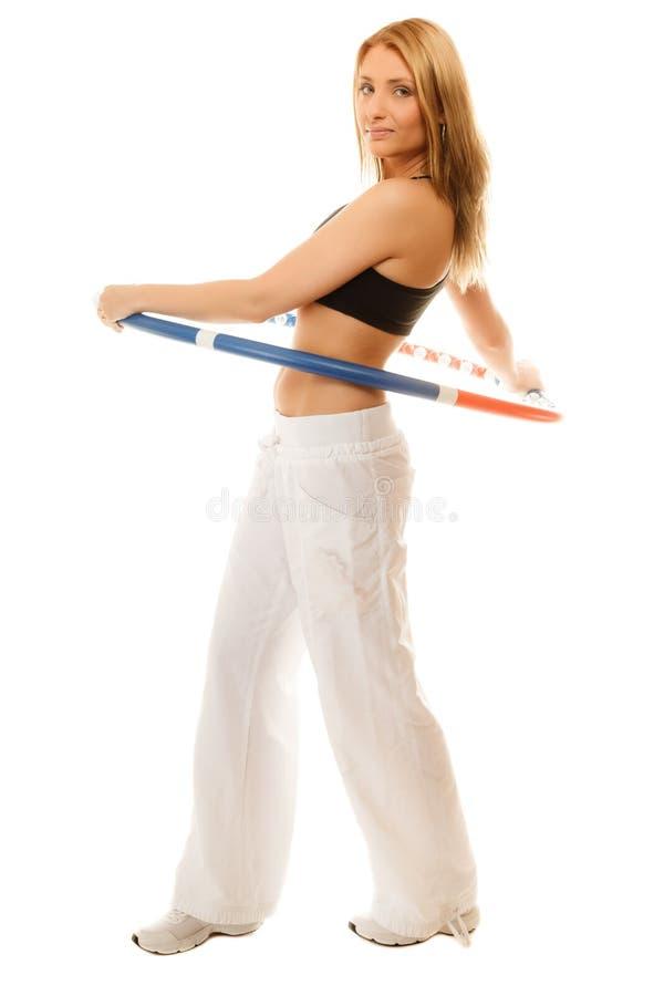 Sportig passformflicka som gör övning med hulabeslaget royaltyfri fotografi