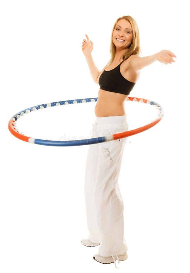 Sportig passformflicka som gör övning med hulabeslaget royaltyfri foto