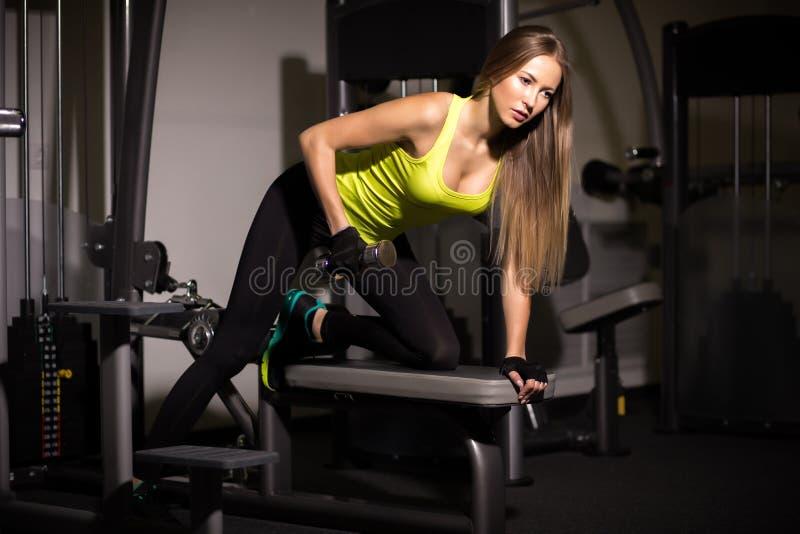 Sportig sexig flicka med stora buk- muskler i svart sportswear royaltyfri foto