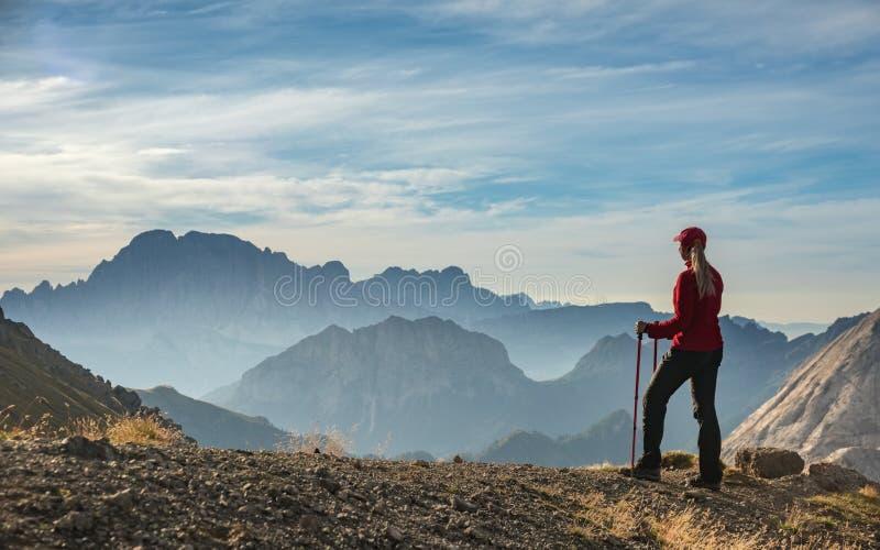 Sportig ung kvinna på berg för Dolomites för bergslinga, Italien royaltyfri bild