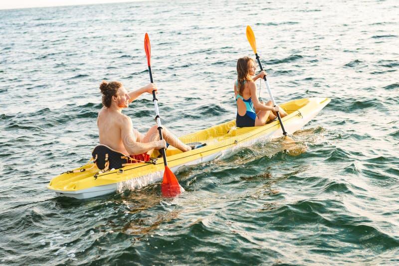 Sportiga attraktiva par som kayaking royaltyfria foton