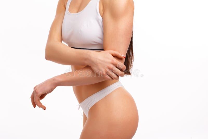 Sportiga kvinnan som den har, smärtar i hennes armbåge fotografering för bildbyråer