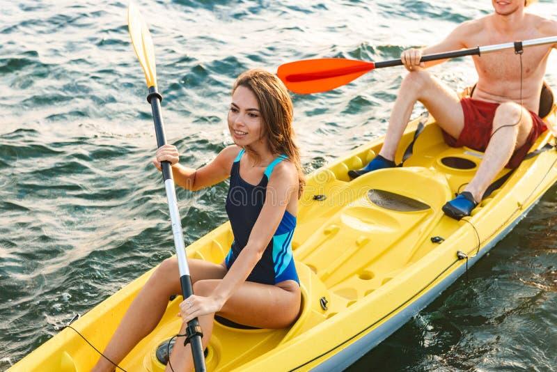Sportiga unga par som tillsammans kaying royaltyfria bilder