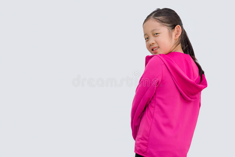 Sportigt begrepp som illustreras av den asiatiska ungen i tröjan som isoleras på vit arkivfoto