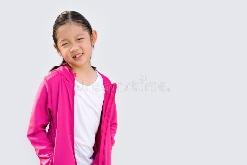 Sportigt begrepp som illustreras av den asiatiska ungen i tröjan som isoleras på vit royaltyfria foton
