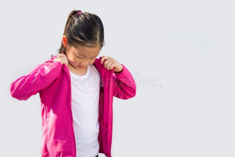 Sportigt begrepp som illustreras av det asiatiska barnet i tröjan som isoleras på vit arkivbild