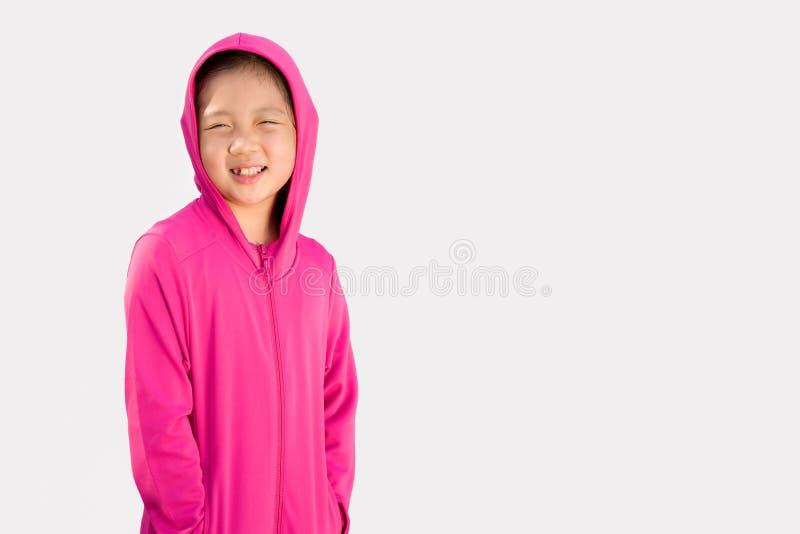 Sportigt begrepp som illustreras av det asiatiska barnet i tröjan som isoleras på vit royaltyfri bild