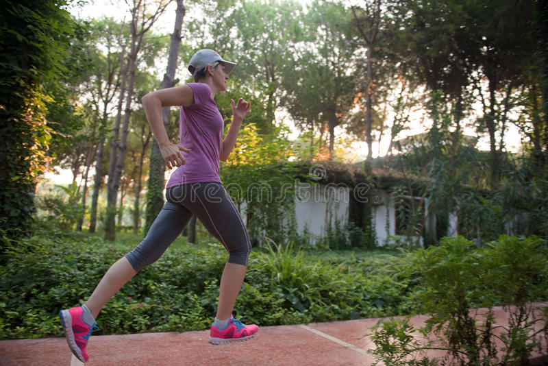 Sportigt jogga för kvinna royaltyfri bild