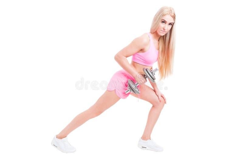 Sportigt lyfta för kvinnavikt som isoleras på vit royaltyfria foton