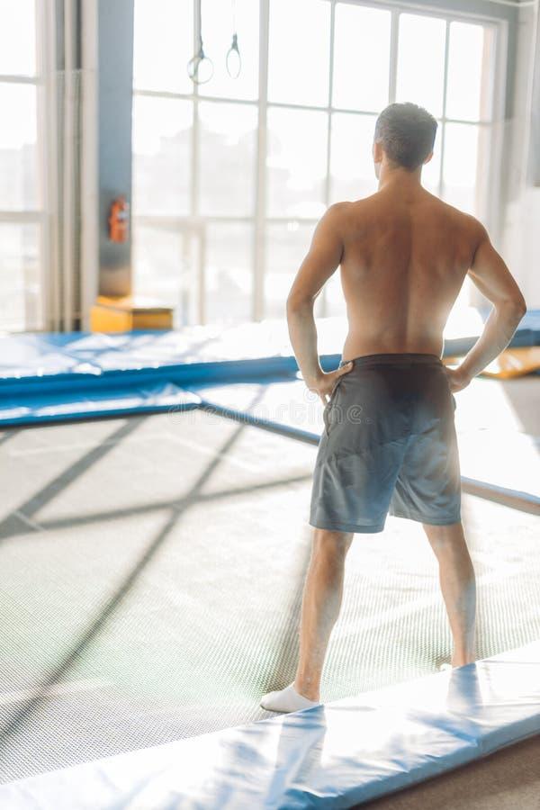 Sportigt naket till den förlorade mannen med händer på höfterna för genomköraren royaltyfri fotografi