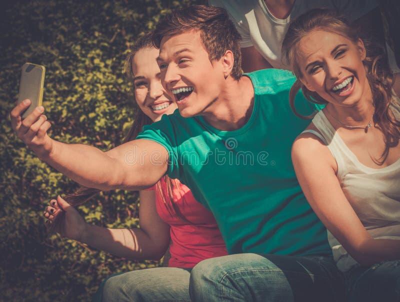 Sportigt tonårs- i en parkera som tar selfie royaltyfri bild