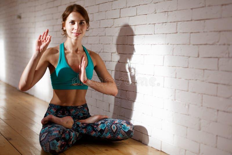 Sportiva che fa yoga in abiti sportivi fotografia stock libera da diritti