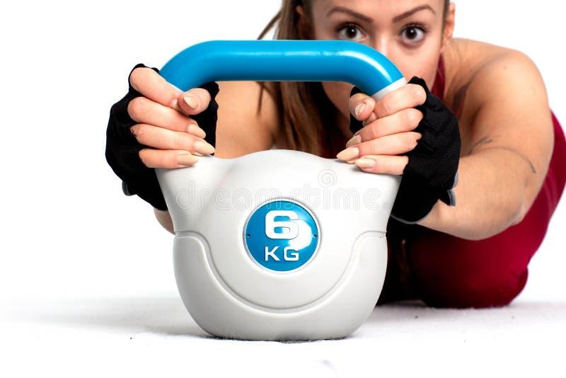 Sportiva che risolve con il kettlebell - Immagine immagini stock libere da diritti