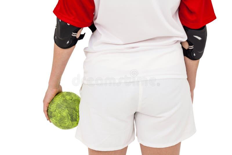 Sportiva che tiene una palla fotografia stock