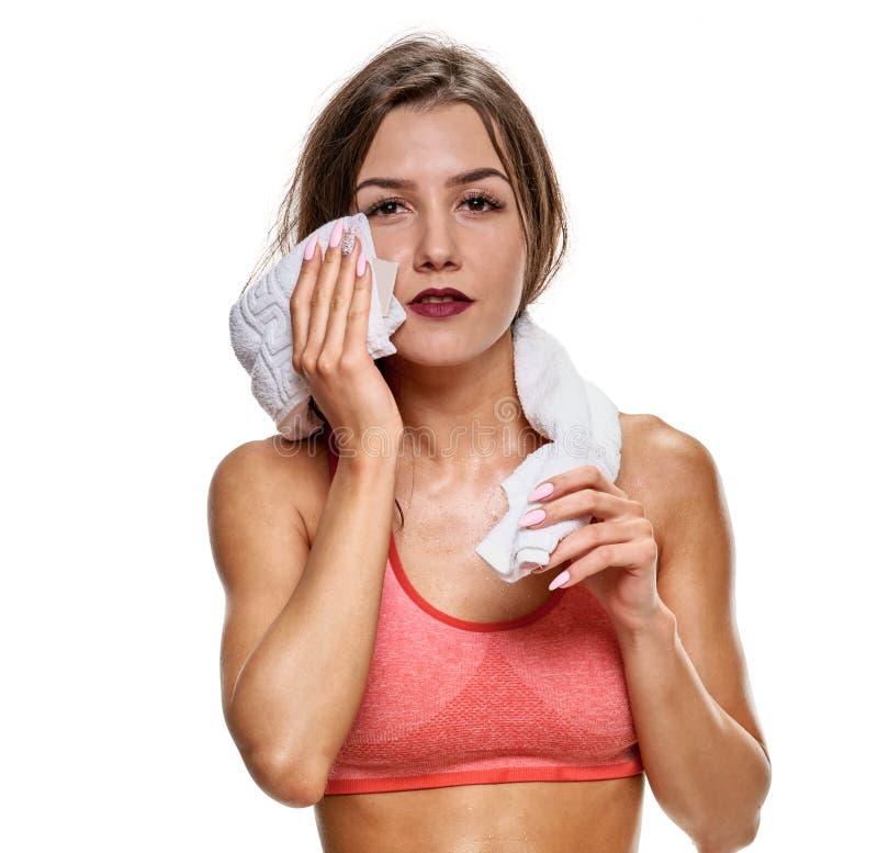 Sportiva stancata con asciugamano fotografia stock libera da diritti