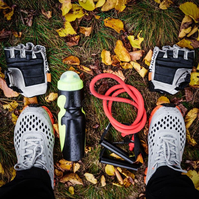 Sportive оборудование на траве стоковая фотография rf