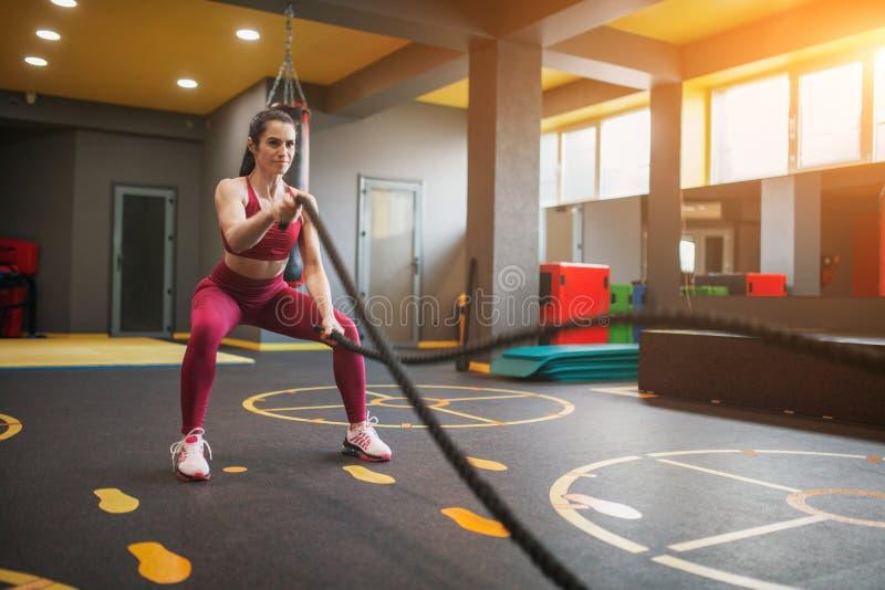 Sportive тренировка женщины с веревочками сражения стоковое фото