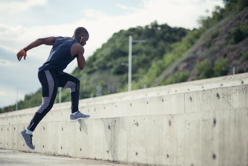 Sportive тренировка человека - jogging бегуна, здоровый образ жизни и концепция спорта стоковые изображения rf