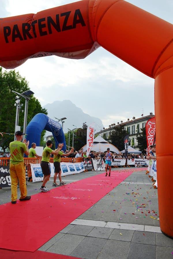 """Sportive arrivant à la finition """"ville de Lecco - d'événement courant de marathon de montagne de Resegone """" photographie stock libre de droits"""