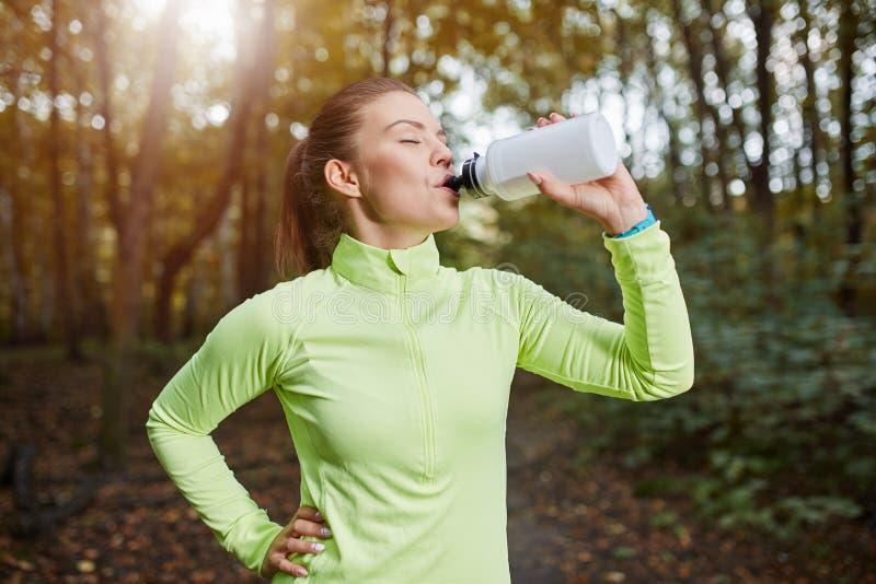 Sportive buvant la boisson isotonique images libres de droits