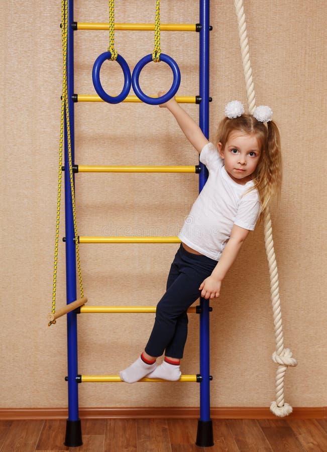 Sportive de petite fille photo stock