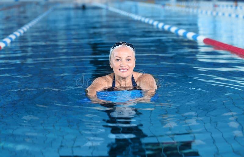 Sportive hög kvinna royaltyfri bild