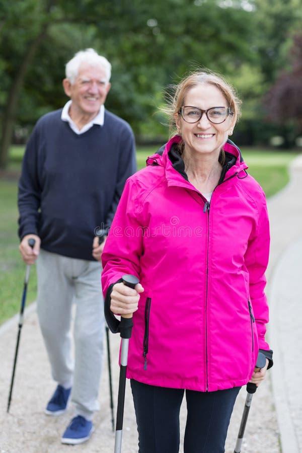 Sportive hög man och kvinna royaltyfri fotografi