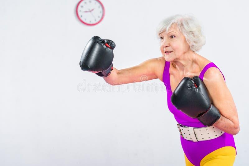 sportive högt boxning och se för dam arkivfoton