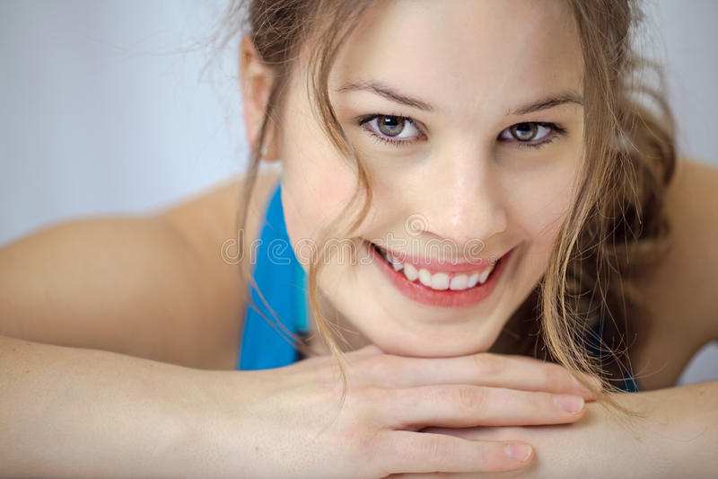 Sportive junge Frau, die an der Kamera lächelt lizenzfreies stockfoto