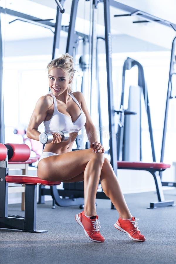 Sportive kvinna på idrottshallen royaltyfria foton