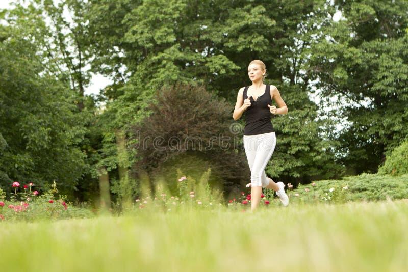 Sportive kvinnaspring royaltyfri bild