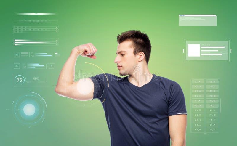 Sportive mężczyzna pokazuje bicep władzę zdjęcie royalty free