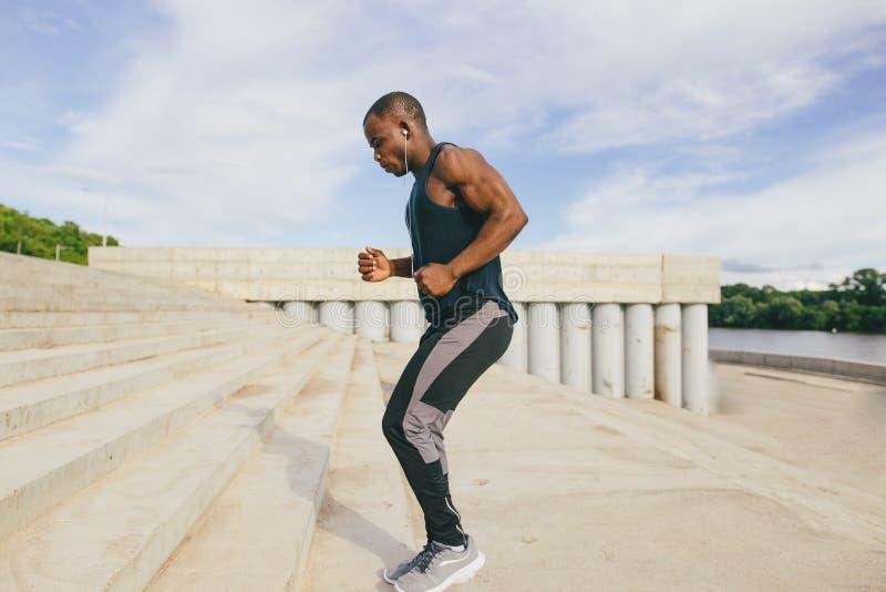 Sportive mężczyzna trenuje outdoors - biegacza jogging, zdrowy stylu życia pojęcie zdjęcia royalty free