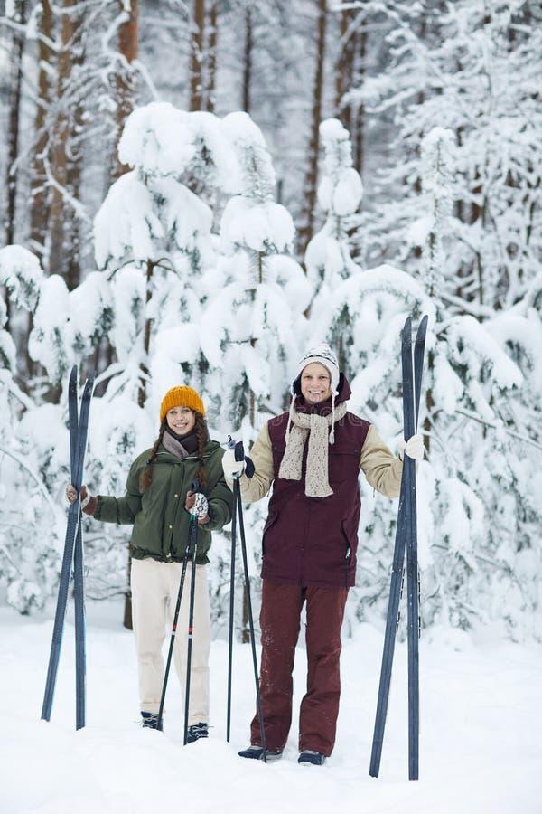 Sportive pary narciarstwo w zimie fotografia royalty free