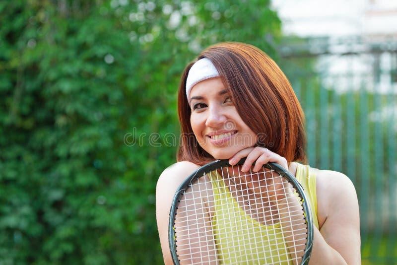 Sportive réussie avec la raquette au court de tennis Style de vie sain photographie stock libre de droits